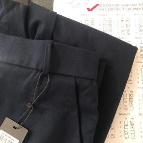 Blå bukser ,de går lige ned i benene  -Sælges også i sort dog uden prismærke