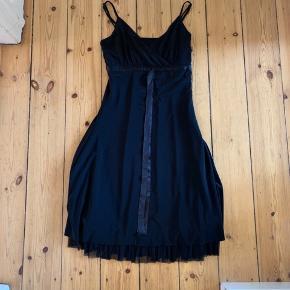 Sort elegant kjole med tynd underkjole og justerbare stroppe. Kun brugt 2 gange