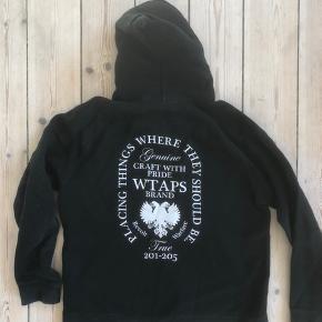 WTAPS - hoodie fra det hypede Japanske brand WTAPS. I god stand, dog brugt. Ny pris 1800kr.   Str. M