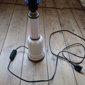 Gammel vintage heidberg porcelæns lampe med helt nu ledning og fatning har desværre en revne på den ene side derfor den lave pris. Er 36cm høj med fatning