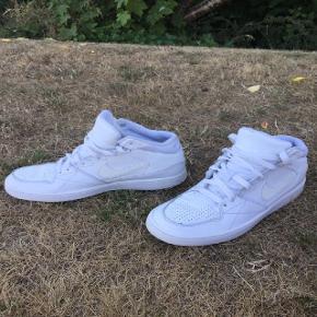 En hvid Nike sko i super god kvalitet og stand.  US 6.5Y UK 6 EUR 39 24,5 cm