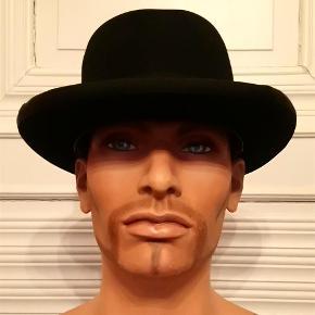 """Brand: Borsalino Varetype: Homborg (Eden) hat Størrelse: 6 ½ Farve: sort/blå  Borsalino - sort/blå Homburg hat - også kaldet en Eden hat, da den britiske udenrigsminister Anthony Eden (ham med Peace in our time, lige før udbruddet af 2. verdenskrig) altid bar en hat af den type.  Størrelse 6 ½ er en hattestørrelse, som vil passe de fleste mænd, men vi har også Borsalino hatte i mindre størrelser.  Uanset at det i annoncen angives, at der kan betales med TSpay, tilbyder vi ikke denne handelsform, da vi ønsker at anvende handelsformen """"mødes og handle"""".   Undtagelsesvis foretager vi gerne forsendelse mod købers dækning af forsendelsesudgiften med Trendsales porto uden omdeling og mod købers forudbetaling ved bankoverførsel."""