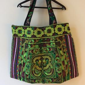 🌱🌿☘️ Smukkeste boho ~ hippie broderet taske lavet af hmong folket i Nord Thailand 🍀🍃🌿   🌺 Fuld power på farver og energi   💪 Stor rummelig skuldertaske  ☝🏼 Aldrig brugt   💰Nypris 249 kr. plus forsendelse eller    afhentning på Christianshavn