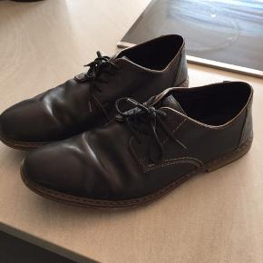 Fine sko meget mørk blå fremstår som sorte i det meste lys
