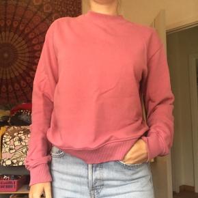 Lækker rosafarvet basic sweatshirt / sweater fra Na-Kd i str S. Brugt få gange og fremstår helt som ny. Byd endelig😉