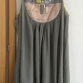 Så fin silkekjole. Måler fra ærmegab til ærmegab 53 cm. Længden 93 cm. Ingen materialemærke.