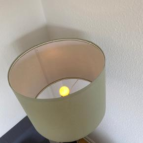 Jeg kom til at købe to af denne lampeskærm.  Den i æsken er aldrig pakket ud og sælges for 30kr med afhentning i vanløse.