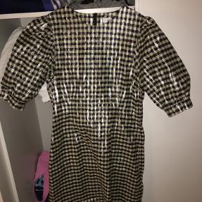 Virkelig fin ternet kjole med pufærmer