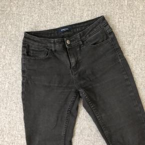 Jeans fra PIECES str xs  Brugt, men stadig i flot stand  Nypris 380kr Sælges for 30kr