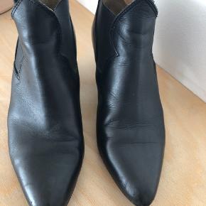 Lækre Alma støvler i sort læder. Brugsspor på snuder og hæle som ikke kan undgås. Trænger til nye hæle. Da støvlen er spids passer jeg desværre ikke størrelsen, så vil mene at denne 38 bedst passer en str 37/ 37,5.  Er netop købt her på Trendsales så jeg har ikke selv fået dem brugt.