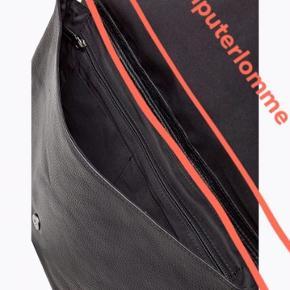 Computertaske fra Magasin, med følger kvittering  Yderstof: 100% læder Inner linnig: 100% polycotton Lynlås foroven Ru tekstur Enkelt hank samt justerbar skulderrem Lynlås-lomme på indersiden Mål: 39 x 30 x 6 cm Volumen: 7 l  Skindtasken er fra Royal RepubliQ og har Aldrig været i brug. Den er det perfekte valg til en der pakker let til en lang arbejdsdag/studiedag, men som også har brug for en masse rum.   Det bagerst på tasken er der en lynlås som åbner til hovedrummet. I hovedrummet er der har plads til en tynd mappe eller nogle vigtige arbejdsdokumenter. Der er desuden en letforet computerlomme, der måler 24,5 x 36 cm i hovedrummet.  På forsiden af tasken er en klap, der skjuler endnu et stort rum. I dette rum er en stor lynlåslomme med en stiklomme bagved samt yderligere to mindre stiklommer. Der er derfor rig mulighed for at holde dine ting opdelt, så du altid kan finde det rette, når du er på farten.   På toppen af tasken er der en hank der sikrer, at du hurtigt kan hive fat i den og der medfølger desuden en aftagelig og justerbar skulderrem, så du altid kan have hænderne fri.