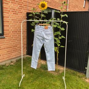 Denim bukser fra levi's. Modellen er 501. Købt for to år siden, men er aldrig brugt. Størrelsen er 32/32  Køber betaler fragt