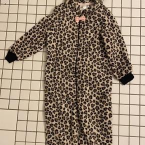 Superlækker og blød leopard hyggedragt med aftagelig hale. Str. 110-116 (4-6 år)