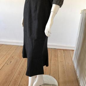 Smuk nederdel fra Jaeger. Brugt meget lidt, er som ny og fejler intet.  Byttes ikke.