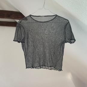 Sød gennemsigtig t-shirt/top. Fremstår pæn! Kan ikke huske brand og størrelse, men den vil fitte S/M💝