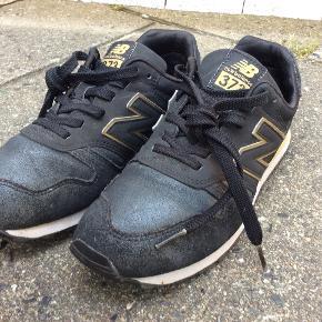 New Balance, skind, mm. Gold/sort, model 373. Unika lækre tidløse sneakers, OBS, SE STR./mål på foto. Har sat str. til 37. Obs på mærker på begge hælkappe, ved ikke om de skal være der, jeg har arvet sneakers, sælger da de desværre er for små til mig. Meget lidt slid på såler/hæl, og snude, håber billeder/målebånd kan bruges. Mp 250 pp, se mine andre annoncer, giver god mængderabat.