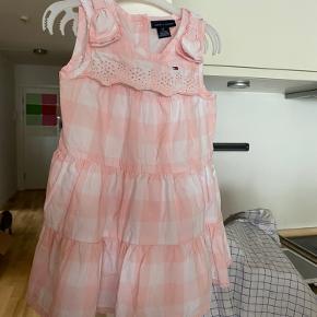 Prisen er fast og ekskl. fragt  Tommy Hilfiger kjole str. 3 Aldrig brugt.  Jeg synes den er en anelse lille i størrelsen.