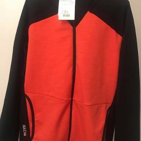 Trøje/Midlayer trøje fra Peak i sort og orange, som aldrig er blevet brugt.  Trøjen blev købt i november 2018, og er derfor fra den nye kollektion.  Ny pris - 1500,-