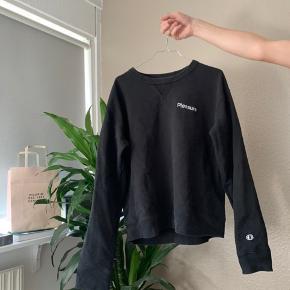 Woodwood x Champion sweatshirt i sort. Den er lidt lille i størrelsen derfor en str. L. Jeg bruger normalt s-m.  Ikke spørg om mindstepris, tak på forhånd. Kan enten sendes eller afhentes.🌸