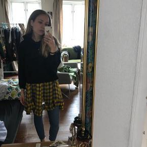 Baum kjole i ternet lilla og gult mønster. Er cirka en str. m, men kan sagtens bruges af en str. xs/s eller en L. Næsten som ny, sælges da jeg ikke får den brugt. Nypris 2200, byd!
