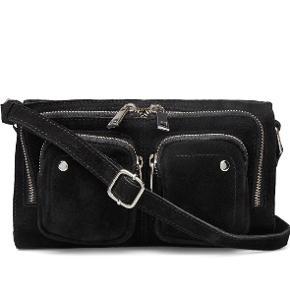 Super fin taske, der både kan bruges som skuldertaske og crossbody taske. Ingen skader, og fejler heller ikke noget. Farven ved lynlåsen er blot gået en smule af