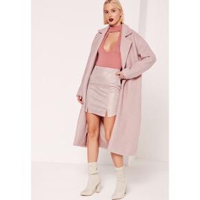 """Sælger denne super flotte frakke / maxi coat fra Missguided i """"teddy look"""".  Helt ny, stadig med prismærket i.  Farven fremstår lysere på billedet med modellen men er tilsvarende sidste billede.  Foretrækker at mødes og handle i København K men kan også sendes som post - pris kommer oveni :)"""