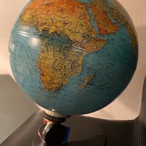 Flot gammel globus med hjul til at afgøre længde og breddegrad , der er indbygget lys, 42 cm høj 35 cm i diameter.  Returneres ikke .  Afhentes på 8270 Højbjerg.  Reserver gerne når halvdelen af beløbet betales i despotiom, Svarer varen ikke til dine forventninger , refunderes pengene .