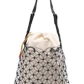 Sælger denne fine og specielle taske. Meget praktisk og anvendelig, da den kan rumme mange ting - f.eks. computer.   Model: Notka skuldertaske Farve: sort Nypris: 1499 kr.   Brugt få gange.