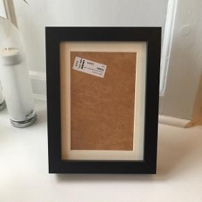 Sort tyk ramme fra IKEA med glas.   Måler 18x24 cm.  Fejler intet.