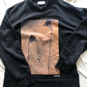 Acne Studios 'Folke print' sweatshirt kun brugt få gange. Fremstår spm ny. Sweatshirt Farve: Sort Oprindelig købspris: 2000 kr.