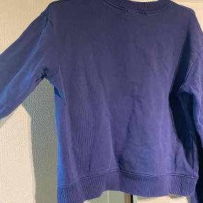 Jeg sælger den sweatshirt, da jeg simpelthen ikke får den brugt. Den er i en størrelse L fra NA-KD. Rigtig flot blå, og vil passe til en str. S eller M, afhængigt af ønsket pasform.   Sælges billigt, og kan enten sendes eller hentes i Odense omegn