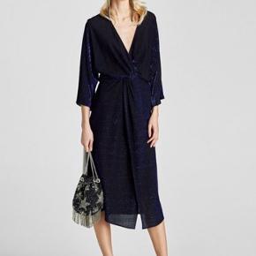 Glimmer kjole fra ZARA, brugt én gang til nytår forrige år, så den kan ikke købes længere. Den er mere blå i virkeligheden, og den er SÅ fin. Str. XS. Nypris var 449,-. Kan afhentes tæt ved Amagerbro st. - kan evt. også mødes eller sende med DAO.