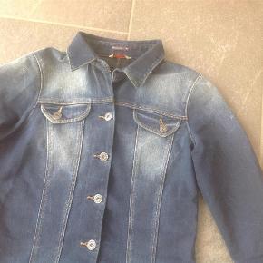 Brand: Salsa Varetype: Super hot jeans kjole Farve: Mørk, slid Oprindelig købspris: 1199 kr.  Så flot og lækker jeans kjole med lange ærmer. Der er knapper hele vejen ned og lommer. Den har god stræk i. Desværre er den blevet for lille inden jeg rigtig fik den brugt. Den er kun vasket 1 gang og eller bare hængt i mit skab. Den er så lækker med bare ben og en top under. Både på arbejde men også i byen. Bytter ikke og sælges kun hvis det rette bud bliver budt. Byd
