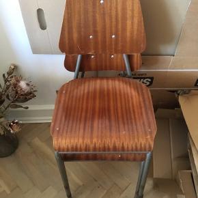 Sælger to af disse gamle skole stole i teak med stål ben. De er i fin stand men har et selfølgelig nogle skrammer hist og pist samt lidt rust på benene, hvilket jeg tænker er meget normalt for sådan en stol.  De kan afhentes på Nørrebro. Sælges samlet for 250 kr.
