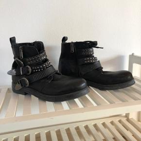 """Brugt en hel del. Super cool og rå biker støvle fra Replay. Sidder fantastisk på foden - man går så godt i dem! Modellen hedder """"Soar - cowboy/biker boots - Black"""". I butikkerne nu til ca. 2500,- . Jeg har købt dem i USA til $350 ."""