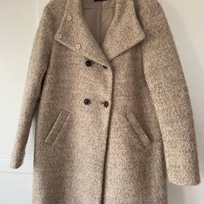 Lækker uldfrakke fra Only, kun brug få gange. Med to slags lukninger.