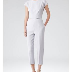 Smukkeste buksedragt i lys lilla fra engelske Reiss, modellen hedder Roco Nypris var mellem £189-£239  Som ny, hentes på Islands Brygge