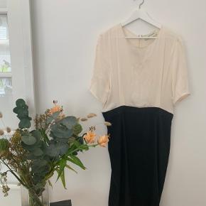 Meget fin kjole, har dog enkel plet foran Køber betaler selv fragt, ellers kan varen afhentes på Frederiksberg C - tæt ved Forum st. og søerne.  Har over 300 ting til salg, så tjek mine andre annoncer ud😍 Der kommer ofte mængderabat!