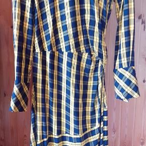 gul envii kjole 💣 lnlåsen er syet, så den er ikke så pæn, men virker stadig, og der er et hul under den(ses på billede 3), som skal syes