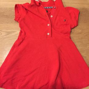 Næsten ny tommy kjole  Kan leveres til Esbjerg.   Ikke brugt meget. Vil sige det er en str 92-98  Byd
