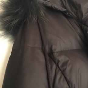 Flot varm vinterjakke med andedun. Brugt 1 sæson, men er blevet for lille. Der er ingen tegn på slid. Alm i str. Nypris 1800 kr  Kig gerne mine andre annoncer igennem, for giver rigtig gode mængderabatter ??