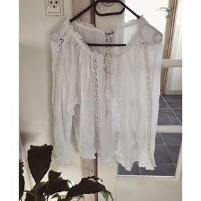 Fineste bluse fra NLYblush med broderede detaljer og snor med perler.  Kan afhentes i Århus eller Vejle, eller sendes med DAO:)