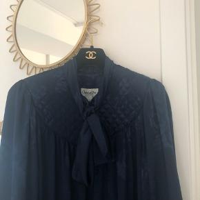 Så smuk vintage Dior kjole sælges i den fineste marineblå farve. Ingen størrelselabel i, men den passer henholdvis en str. S og M.
