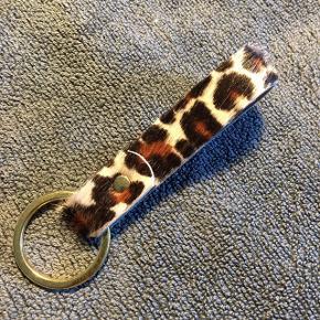 Nøglering i Koskind med leopard print.  Montering i messing. Laves ved bestilling.   Laves også som lang Keyhanger.