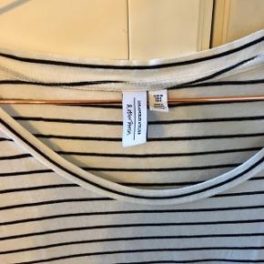 Hvid tshirt med sorte striber fra & other stories. Standen er næsten som ny.