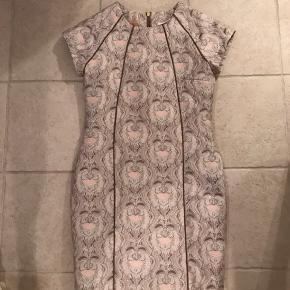 Super flot kjole i tykt brokadeagtigt stof. Gennemgående lynlås bagpå. Lidt sølv i stoffet.  Nytårskjole? Kan afhentes i Odense v.  Se også mine mange andre annoncer - jeg giver mængderabat 😊