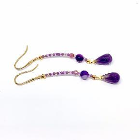 De yndigste øreringe i skønne farver. Lavet med de flotte Miyuki perler og små facet sten perler i agat. Dråben er en flot Ametyst perle Længde total ca. 55 mm (kan variere lidt) Kan laves i andre længde hvis dette ønskes.  Kan sendes for 10,- som brev. eller som pakke for 35,-