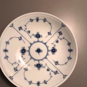 Fin udgået salatskål i 21,5 cm i diameter. Det er den store udgave af de små portionsskåle   1 sortering - uden skår  Kan sendes for 45kr forsikret eller afhentes på Vesterbro :)