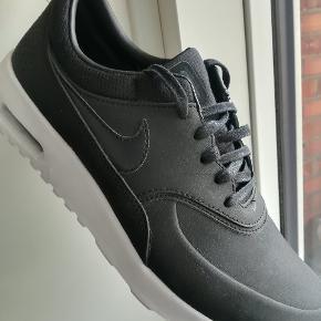 Helt nye Nike Thea Air str. 40,5. Limited edition i sort læder. Ny pris 1.400.  Købt i London. Aldrig brugt, da de er for store til mig.  Giv et bud!  Sender med Dao for køber regning