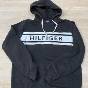 Hey Sælger denne her Tommy Hilfiger hoddie. Købte den ny til 800 kr. Mindste Pris: 200 Køb nu: 400 Skriv til 21831855 for billeder eller yderligere information.